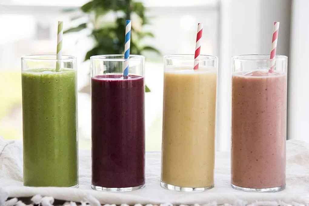 làm-smoothie-với-máy-làm-sữa-hạt-ukoeo-pr5-plus